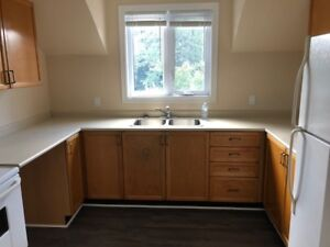 Barrie, Great 3 bedroom, upper level ready for rent.
