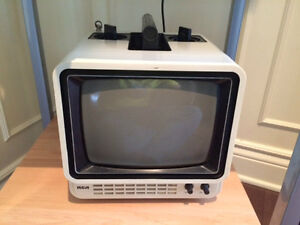 VINTAGE RCA PORTABLE B&W TV