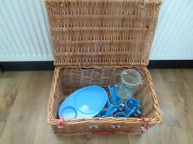 Large Wicker Picnic Hamper with 4 Place Settings