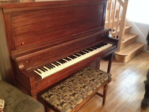 Upright Piano and bench- Piano droit et banc