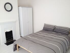 :) Large bright clean room. Available NOW Close to Rolls Royce DE24 :)