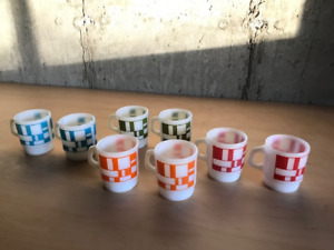 8 tasses vintage pyrex Fire King - rouge, bleu, vert et orange