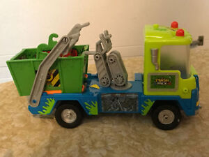Trash pack garbage truck and figurines