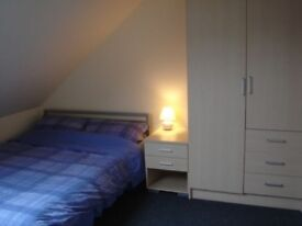 Double room in house share close to city centre and Queens Uni