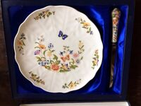 AYNSLEY ENGLISH FINE BONE CHINA CAKE PLATE AND KNIFE. NEW AND UNUSED. UNWANTED GIFT
