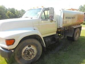 1998 Ford F-800, 5.9 cummins diesel, pottable water