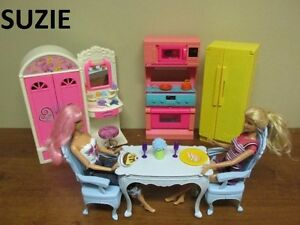 Lots de Barbie table cuisinière frigo et une penderie coiffeuse