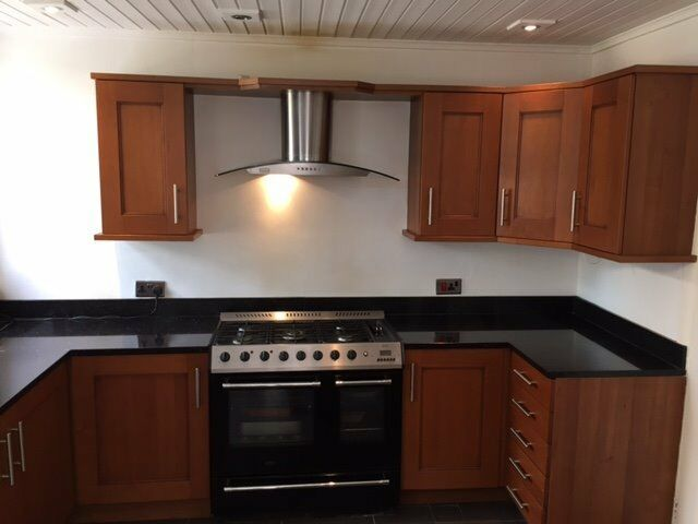 Cherry wood fitted kitchen neff appliances black for Wooden fitted kitchen