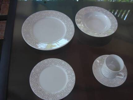 VUE 12 person dinner set