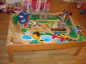 Table pour enfant avec train et tout le matériel