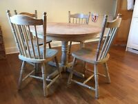 Kitchen table and matching chairs (4) - Limed oak wood