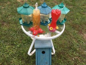 Ensemble de 5 mangeoires et une cabane pour les oiseaux