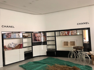 Large curved wall display units for a retail store