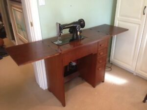 Antique (1948) Singer Sewing Machine in Table (with drawers)