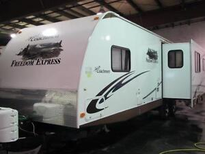 2011 FREEDOM EXPRESS 296 REDS-OPPOSING SLIDE REAR LIVING-CLEAN!