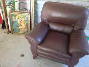 CLEAN LEATHER OCCASIONAL CHAIR