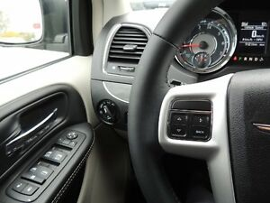 2016 Chrysler Town & Country Touring Windsor Region Ontario image 8