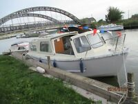 DAY BOAT HIRE IN NORFOLK MOTOR CRUISER FOR UP TO 12 ! £138 - £144 PER DAY