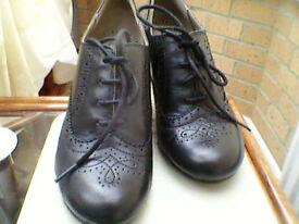 LADIES BLACK PATTERNED HUSH PUPPIES SIZE 7.