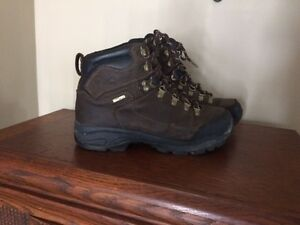 Mens' Nealry-New Qualtiy Winter Boots (Sizes 8 & 9)