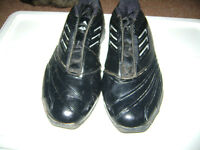 LIKE NEW MENS ADIDAS SIZE 11 SHOES