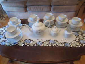 Lot 15 Pieces Royal Albert Tea set '25th Anniversary