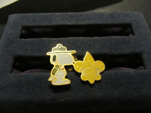 Snoopy Beagle Scout With Scout Emblem Pin      c78