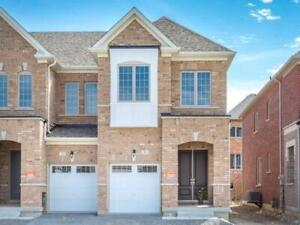 Beautiful 4 Bdrm End-Unit Townhome in Aurora!
