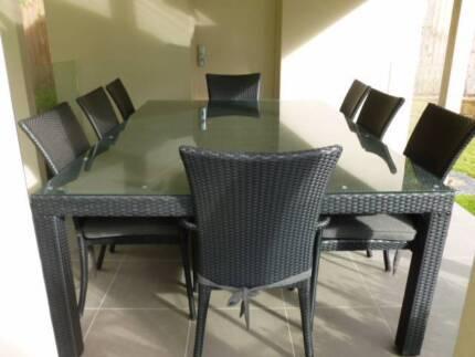 9 piece outdoor wicker table in excellent condition