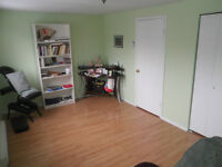 ROOM FOR RENT (MONTHLY/WEEKLY) -CHAMBRE À LOUER (MOIS/SEMAINE)