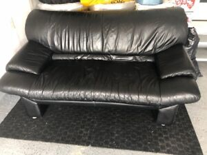 LOVESEAT BLACK LEATHER MUST SEE