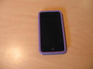Ipod Touch 4th 8go noir avec protecteur et fil chargeur