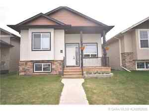 Great Family Home in Penhold with 5B, 3BR!
