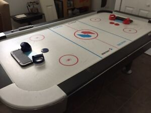 Table *Air Hockey*