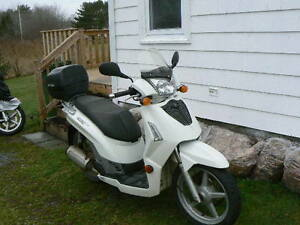 kymco people s 200.........first 500.oo takes it
