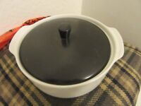 J AND G MEAKIN ROUND CASSEROLE DISH AND LID OVEN TO TABLE , UNUSED