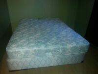 Matelas queen avec sommier et base de lit en métal