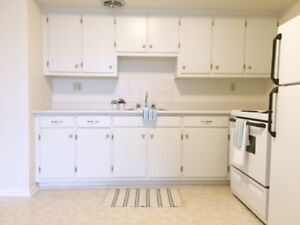 BRIGHT 1 BEDROOM UNIT AT PARKER PLAZA - AVAILABLE MID-OCT !!!
