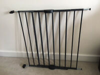 Baby Gate : Adjustable and sturdy