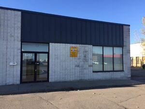 Local avec garage /Près autoroute / aéroport /  Ville St-Laurent