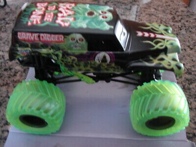 2020 Monster Jam GRAVE DIGGER Target EXCLUSIVE Curse of the Gasoline 1/24 LOOSE