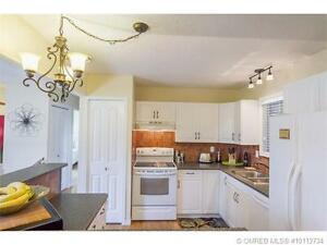 Clean and Bright 4 bd + Den -Walk to trendy Pandosy District