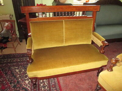 Schönes kleines Sofa Historismus goldgelber Bezug wohnfertiger Zustand