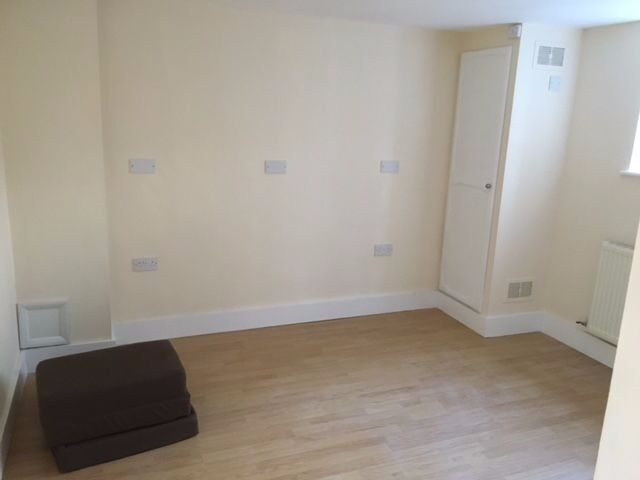 1 Bed Flat Available to Rent in Central Reading, lower ground floor. NO PARKING