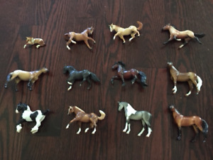 Breyer Stablemates Lot- 18 horses, 3 stables, accessories/fences