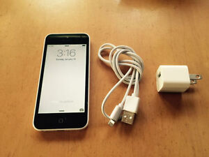 Apple IPhone 5c White, 8 Gigs, Locked to Rogers !GREAT DEAL!