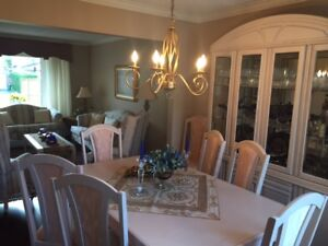 Beautiful Dining Room Set Shows Like New