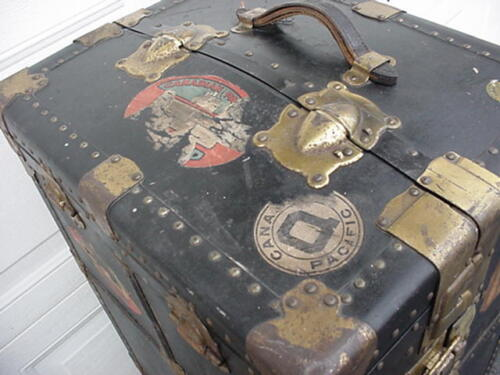 VINTAGE ANTIQUE TRUNK CHEST