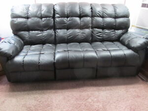 Black Leather Reclining Sofa Couch in Super Excelent Condition