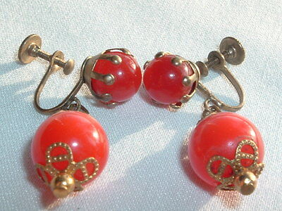 VINTAGE GOLDTONE RED WINE THERMOSET BEAD DANGLE DROP SCREW EARRINGS IN GIFT BOX